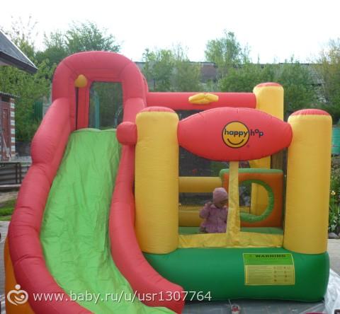 Надувная детская горка happy hop, оснащенная маленьким игровым бассейном