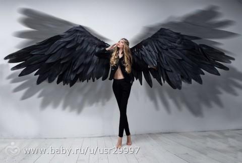 черные крылья ангела на фотографии