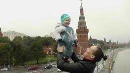 Большой человек на фоне кремля)))