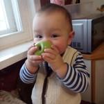 Нам маленького кусочка яблока мало...
