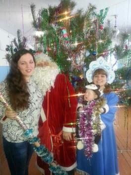 Наша первая новогодняя елочка рядом с дедушкой морозом и снегурочкой))