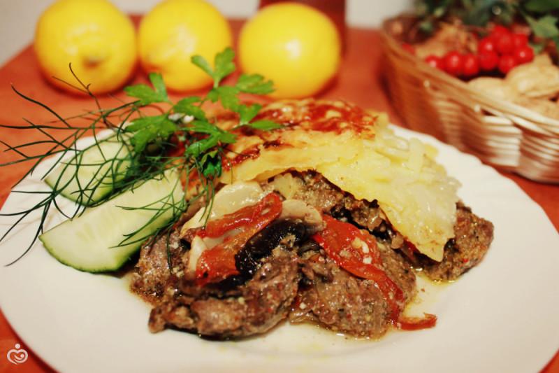 Картофель с мясом запечённые.