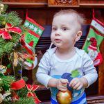 Воооот такое должно быть новогоднее настроение!))) Славочка наряжает Ёлочку, итак удивлённо...Что невозможно не улыбнуться)